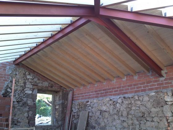 Rehabilitacion completa cuadra pajar en grado grado for Tejado madera maciza