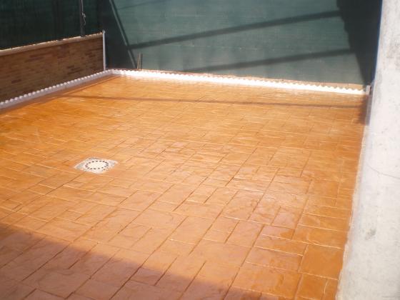 Solera de hormigon impreso-40m2/dibujo pizarra/,gresor de 10cm. con mallazo y fibra de resistencia. Barnizado con resina a base disolvente. La resina/base disolvente/ protege y da brillo por un largo periodo de tiempo, actua penetrando en la superficie del pavimento,mejorando su resistencia a la abrasion y al desgaste superficial por lo que se puede afirmar que mejora la durabilidad del pavimento.  Obra echa en Aranjues Presupuesto-850€/yncluido material y mano de obra/