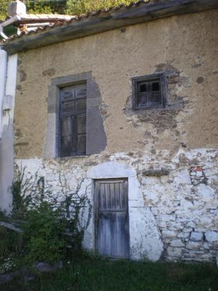 Esta es la fachada de la cuadra a rehabilitar para vivienda. Se limpiará la piedra actualmente encalada y se sacará a fachada, para mantener el encanto de la piedra en fachadas.