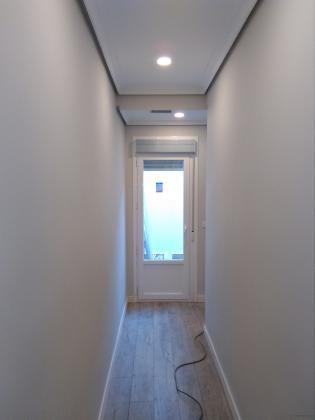 - Pavimento laminado AC5 y rodapié lacado blanco. - Iluminación LED. - Pintura. - Puerta de aluminio rpt con persiana.