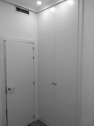 Carpintería de madera: - Puerta lacada blanco, decorado 4 rayas. - Armario empotrado.