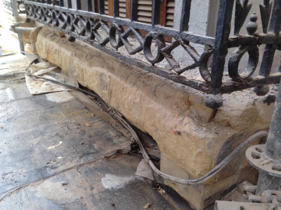 Balcon de piedra aresnica completamente degradado, restauración completa, mediante morteros especificos y anclajes de inoxidable para reconstruir volúmenes.