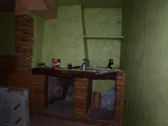 El dormitorio principal tiene alrededor de 34-35 m2 y el cliente quería tener una chimenea con leñero y bueno.... aquí lo tiene :) Cuando lleguemos a la pintura el cliente nos trajo unas paginas de una revista y se fue y cuando volvió exclamo: Esto es lo que yo quería!