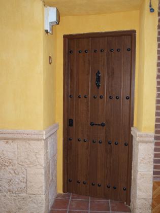 Reforma de una casa en arroba de los montes en estilo for Puertas de madera maciza exterior