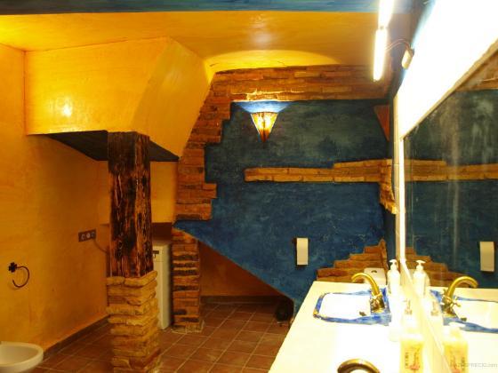 Baño Pintado De Amarillo:Reforma de una casa en Arroba de Los Montes en estilo rustico con