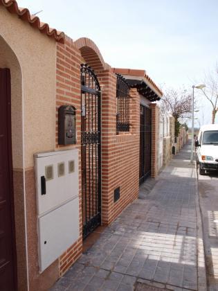 Rahabilitacion de fachada en ladrillo visto rustico con pergola de hormig n imitaci n madera c - Ladrillo visto rustico ...