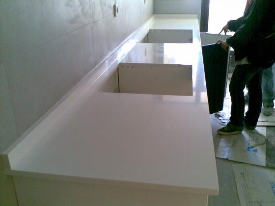 Bancada cocina en quarzo compac blanco absoluto for Cocina 3 metros lineales
