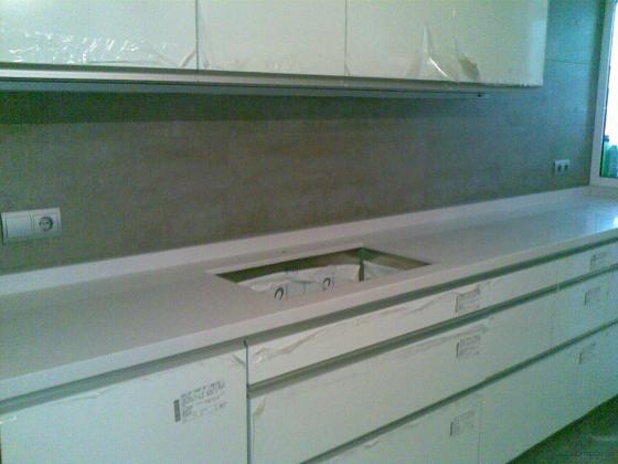 Bancada cocina en quarzo compac blanco absoluto for Cocinas de 3 metros de largo