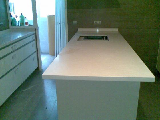 Bancada cocina en quarzo compac blanco absoluto for Cocina 4 metros