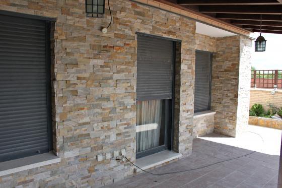 Alicatado de fachada con lajas de pierda natural iguazu - Fachadas con azulejo ...