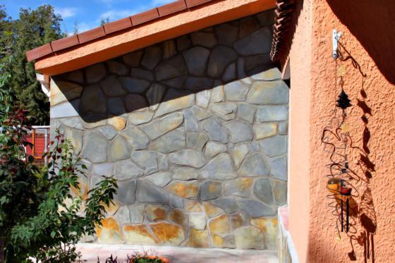 Revestimiento de paredes exteriores/fachada con piedras naturales tipo pizarra.