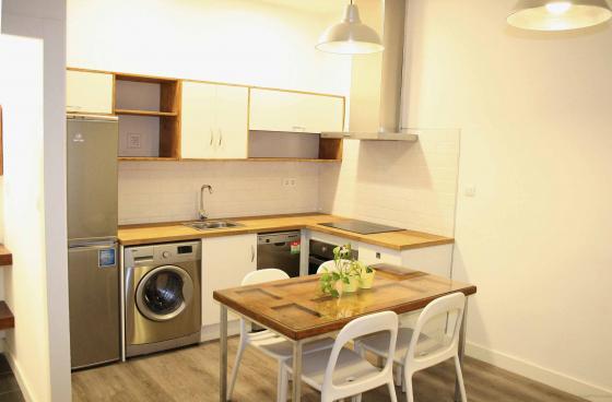 Cocina realizada a medida, con electrodomésticos de eficiencia energética mínima A+. Mesa realizada a partir de puerta retirada de la vivienda