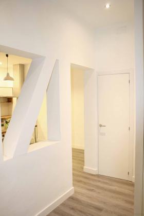 En esta estancia, se abrió una ventana en el muro de carga para aportar mayor sensación de amplitud y se creó un armario como solución de almacenaje, al tratarse de una vivienda pequeña. Se instaló tarima AC4 en color gris en toda la vivienda