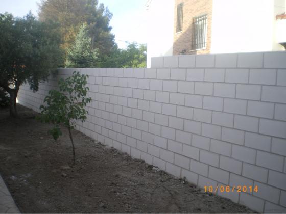 Construccion muro de bloques de hormigon cara vista /40cm./20cm./20cm./- 95m2.Obra acabada en 10/06/2014 /Armuña de Tajuña-Gudalajara/