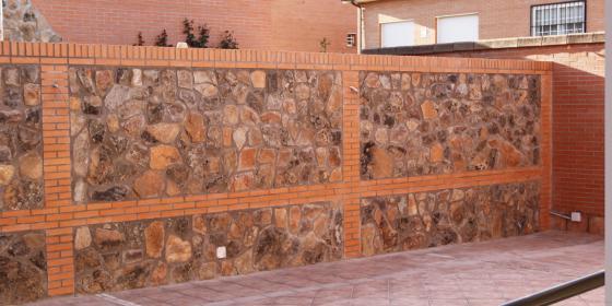 Construccion de muro chapado con piedra de musgo y - Precio de ladrillo visto ...