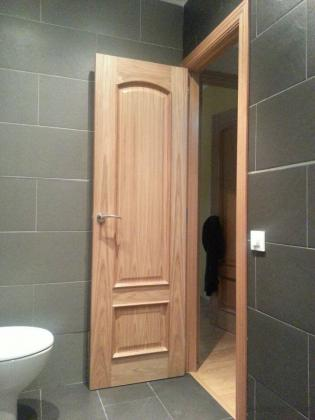 lavabo acabado pared de color gris y otra de color negro como el suelo imitacion pizarra,puerta de madera color haya