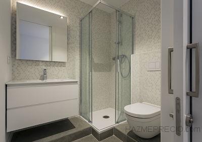 En esta reforma, se cambió la ubicación del baño para poder hacerlo más amplio. Con azulejos octogonales y piezas de gres porcelánico de 120x60, sanitarios blancos y un plato de ducha elevado para ganar en espacio, hemos conseguido que sea un espacio amplio y renovado.