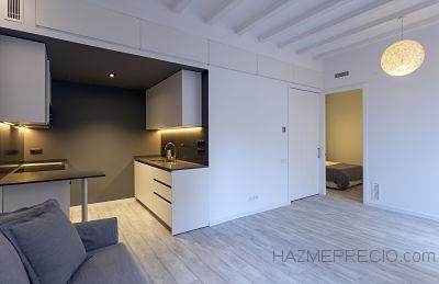 En esta imagen podemos ver el espacio renovado. Paredes con pinturas blancas, techos blancos, parquet en la vivienda, puertas nuevas y sobretodo calidad en los trabajos.