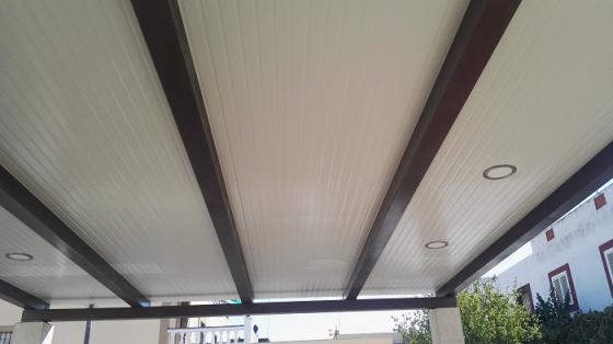 techo de patio en paneles sándwich teja y imitacion laminas pvc con colocacion de focos LED