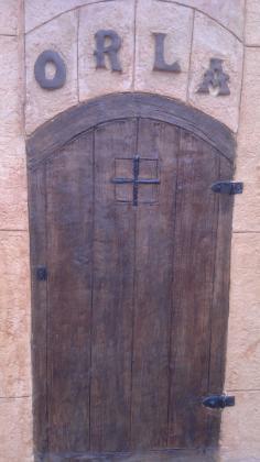 Puerta tematizada con hormigon impreso