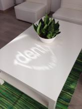 Detalle iluminación natural con logo propio Reforma Clínica Dental