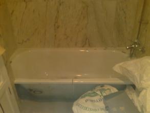 Bañera que hay que quitar, al no cambiar el aplacado  se corta in situ para poder sacarla sin romper el alplacado
