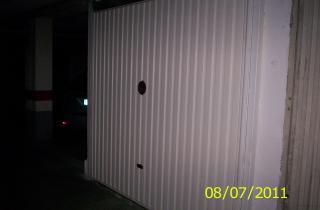 Provisión y colocación de puerta batiente preparada para motorización, fijada a pre-marco de tubo estructural de 60x60mm de 3mm de espesor, todo electro-soldado y pintado con pintura anti-óxido.