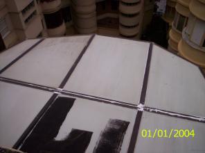 Sellado de placas de policarbonato con masilla epoxi de alta calidad. Aplicación de 2 capas de pintura asfáltica de impermeabilización y como imprimación.