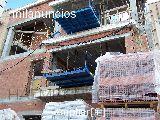 Fachada de ladrillo cerámico para revestir. En esta fase de la jecución se encuentran las plataformas de descarga de materiales en los futuros ventanales.