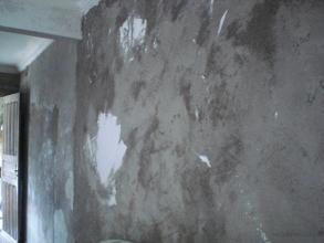 Esta foto mostra una de las paredes después de retirada de yeso y preparada para la aplicación de la textura y pintura