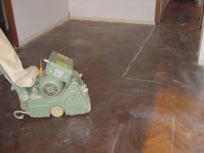 Antes de empezar a pulir limpiaremos el suelo con un decapante para sacar algun tipo de cera o aceite