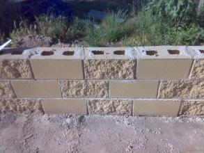 muro de bloques amarillo rugosos por 2 lados