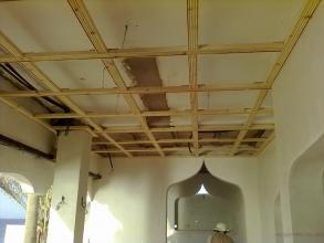 Algunos techos van revestidos de madera, las puertas y ventanas en arcos.