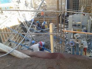 Se estan ejecutando el encofrado de los muros perimetrales de contencion DICIEMBRE 2011