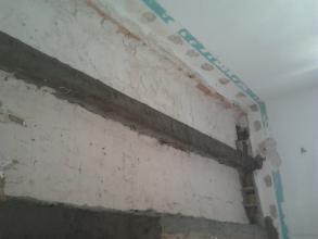 Esta foto es de un techo en muy mal estado. Ba compuesto de apuntalamiento del mismo. Luego picado y lijado de las mismas vigas y luego recontruccion de las mismas con sika una gran garantia de trabajo