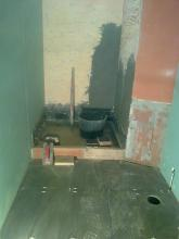 Despues de alicatar el suelo y formar las pendientes del plato de ducha, procedemos a alicatar las paredes del plato de ducha.
