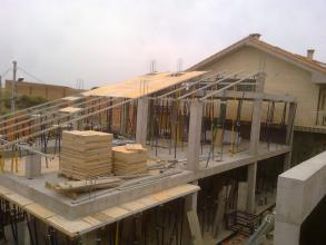 estructura de hormigon de obra nueva , forjados planos y inclinados con muro.