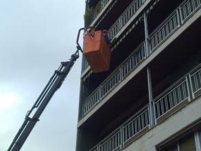 trabajadores en cesta evaluando los trabajos a realizar