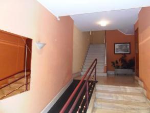 Se aprecian las paredes cargas y pintadas simplemente y un solado de terrazo