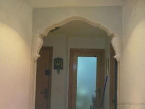 arco de 15cm de ancho por 125cm de largo, pilastras estriadas de 2m de altura y 15cm de ancho y mensulas grandes