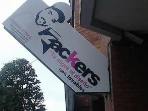 colocación de cartel luminoso, donde sea colocado un vinilo con el logotipo de la tienda.