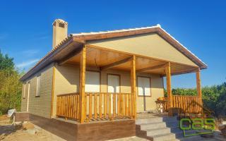 Frente y lateral de casa de madera en canexel