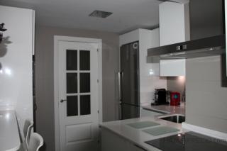 Se consigue un efecto luminoso combinando el blanco brillo de los muebles que se delinea mediante el gris perla de la pared y se resalta con el gris grafito del suelo