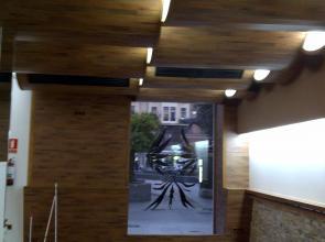 vista desde el interior del techo formando olas , revestido en madera y de la pared , esta tambien revestida con la misma madera ( suelo laminado ac/4 )