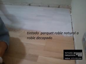 restauracion de parquet flotante de madera de color  roble natural a roble blanco barnizado en mate obteniendo un efecto decapado y unico y singular