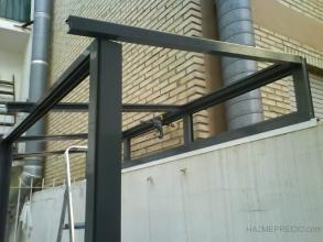 seguimos con la estructura y colocamos los perfiles de techo  para unir toda la estructura y darle consistencia.