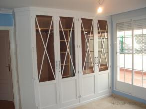 Armario empotrado para un dornmitorio, con la esquina en chaflan, realizado en madera de haya, lacado en blanco. Interior en melamina en color haya, con pantalonero, baldas extraibles, espejo etc.