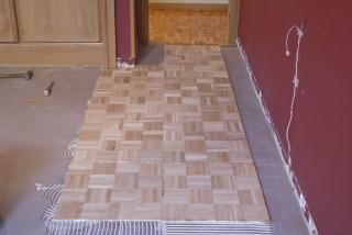 Antes de la instalación se a preparado el suelo aplicando  pasta niveladora.