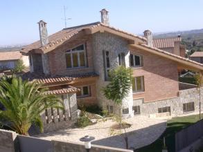 En esta obra realizamos una vivienda con piscina . Total 100m2con una buhardilla .Con tejad con dos vertientes.Teja valenciana en la provincia de Valencia.