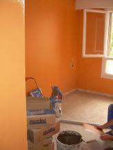 las paredes se pintaron respetando los 6cm del suelo aunque luego el rodapie subia 8cm